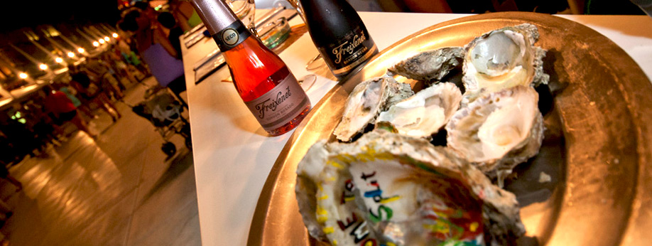 Fresh oysters and champagne in the »Champagne bar« on Split's Riva